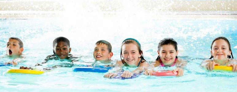 أطفال يتعلمون السباحة