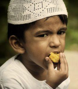 طفل-يأكل