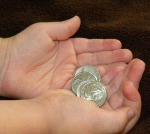 طفل-يحمل-النقود